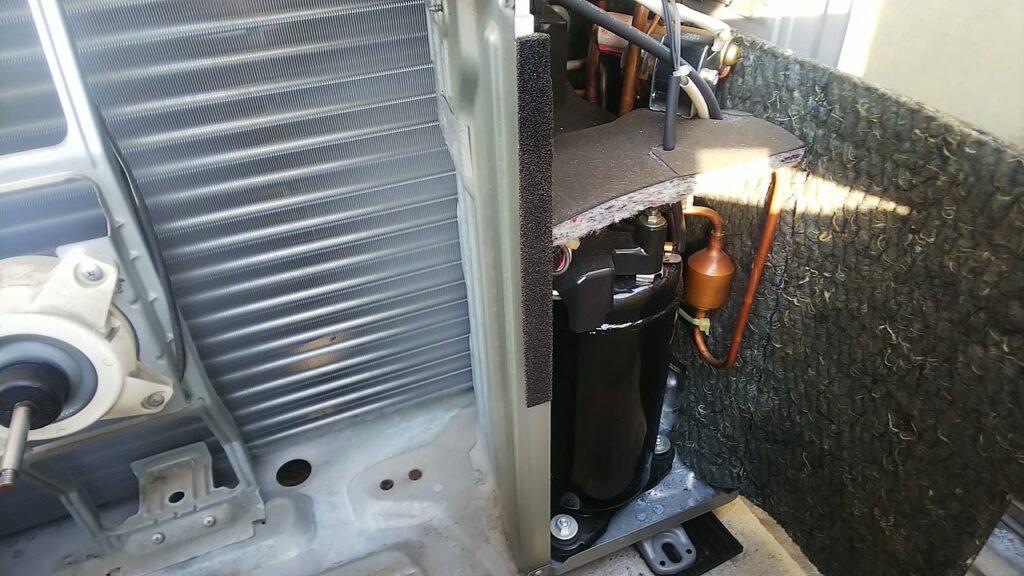 エアコンの室外機 コンプレッサーと吸音材